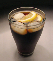 Ein Glas Cola mit Eiswrfeln und Zitonenscheibe